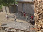köy meydanı ve köylü çocuklar